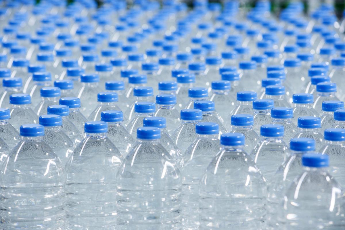 acqua da bere nelle bottiglie di vetro
